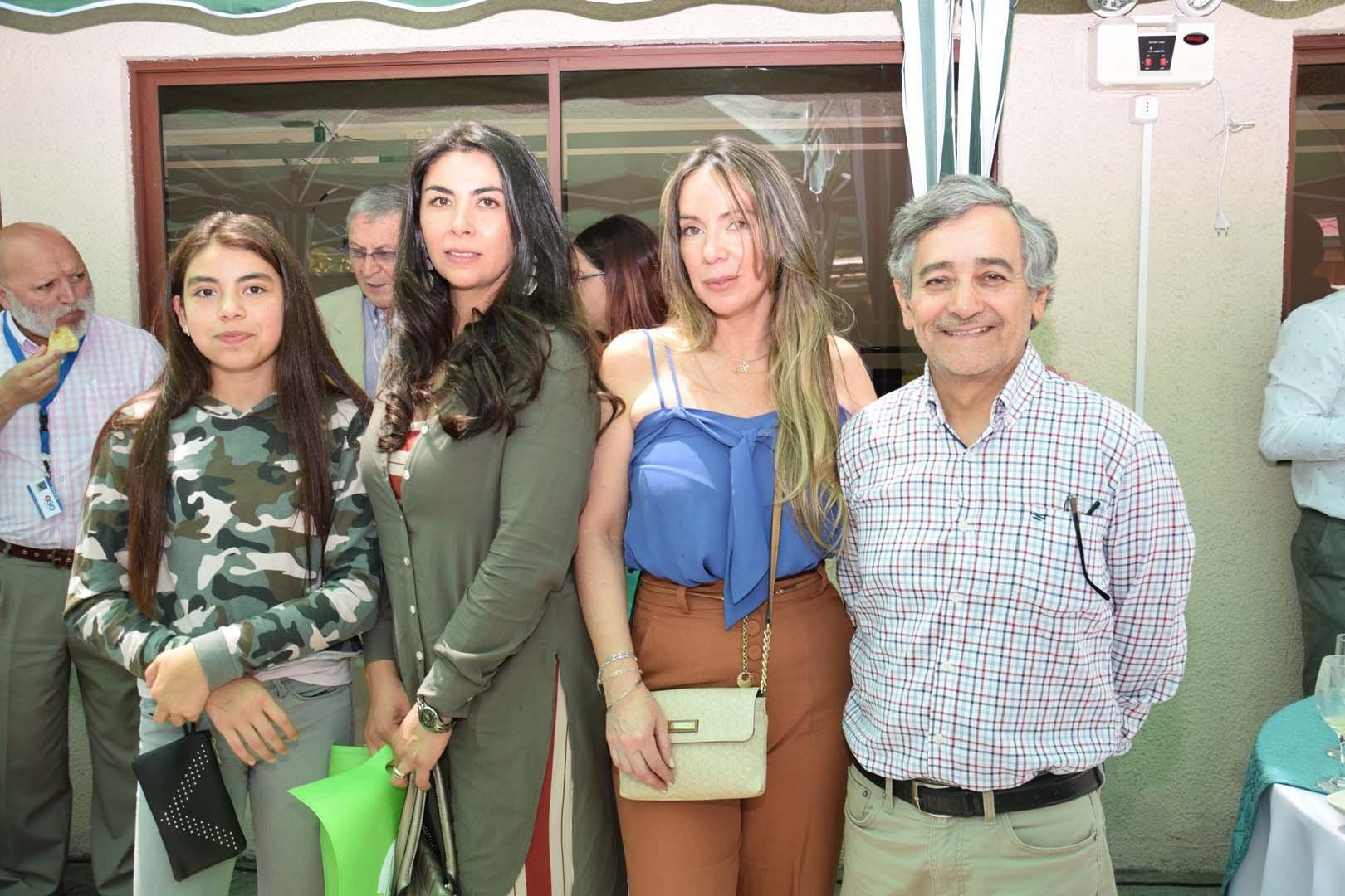 Antonia Acuña, Marcela Corona, Ingrid Acuña y Carlos Jara