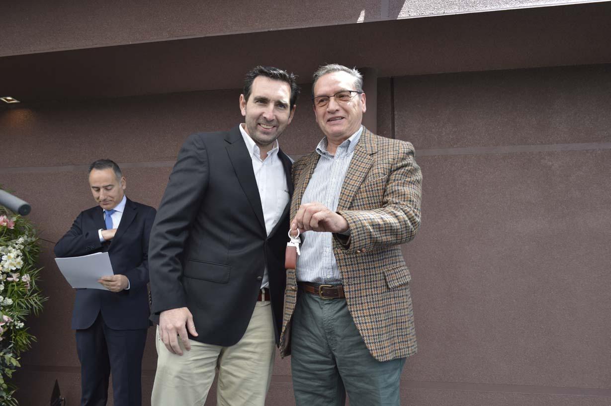 Nicolás Larenas y Carlos Fuentealba, primer propietario de departamento en edificio Mirador Oriente