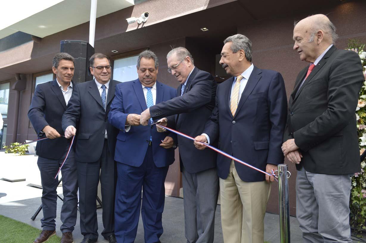 Inauguración oficial con el corte de cinta de las autoridades