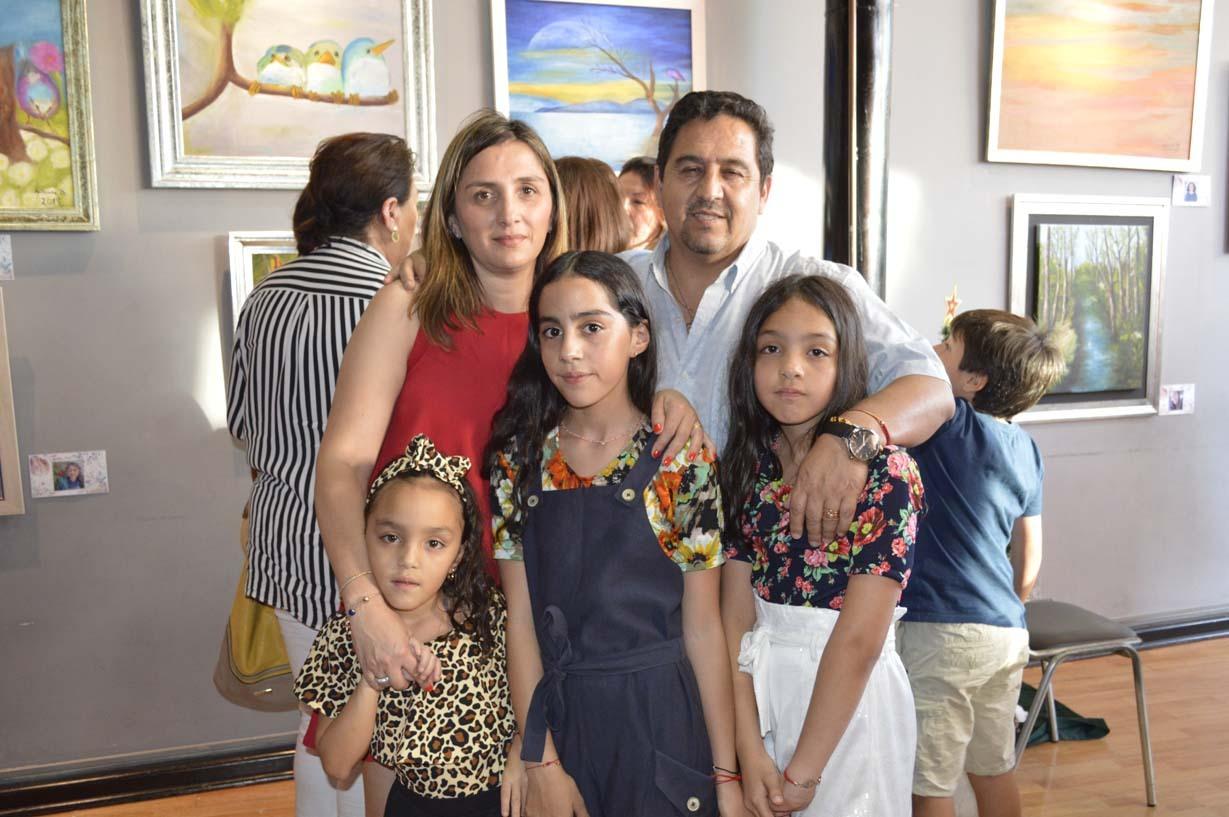 Ángela Sarmiento, Pedro Monroy y las niñas María Jesús Monroy, Tiare Monroy y Ángela Monroy