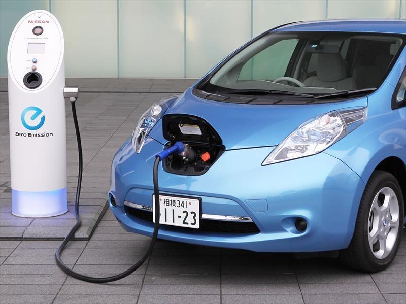 Auto eléctrico cargándose