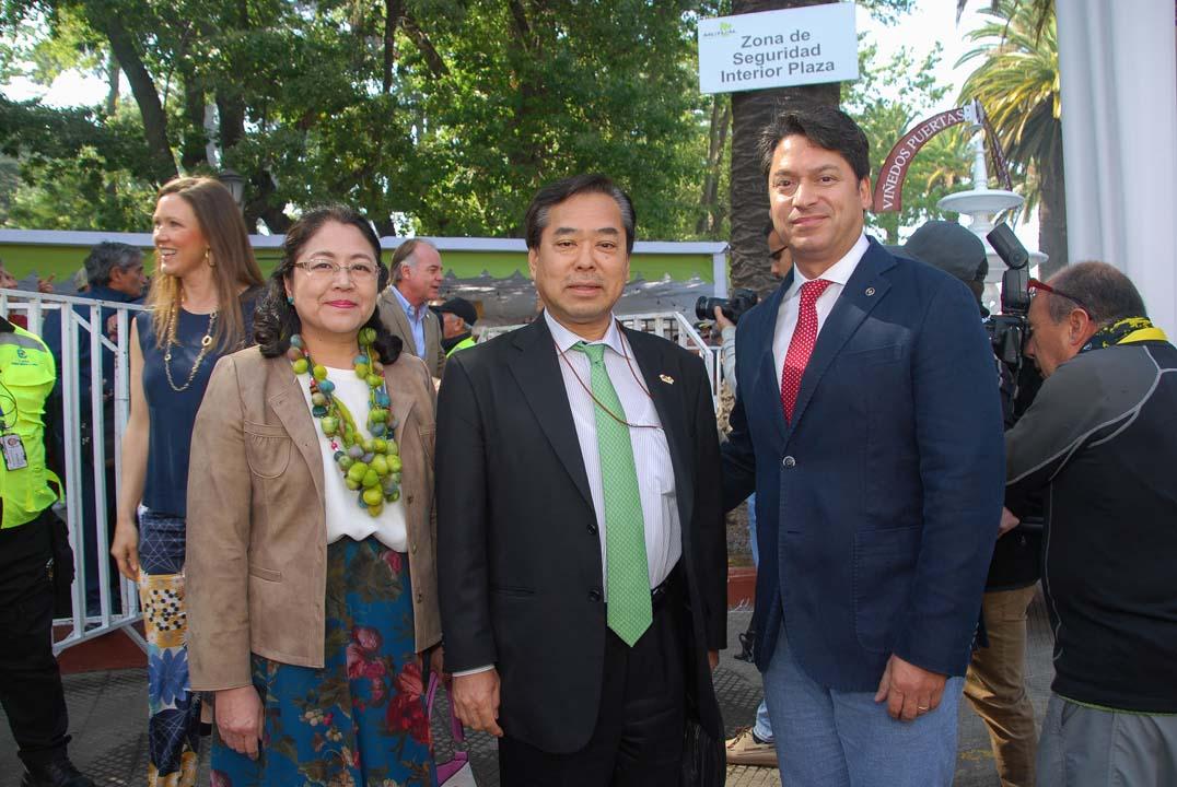 Sra Hiromi Hiraishi, Embajador Yoshi Hiraishi y Jaime Valderrama