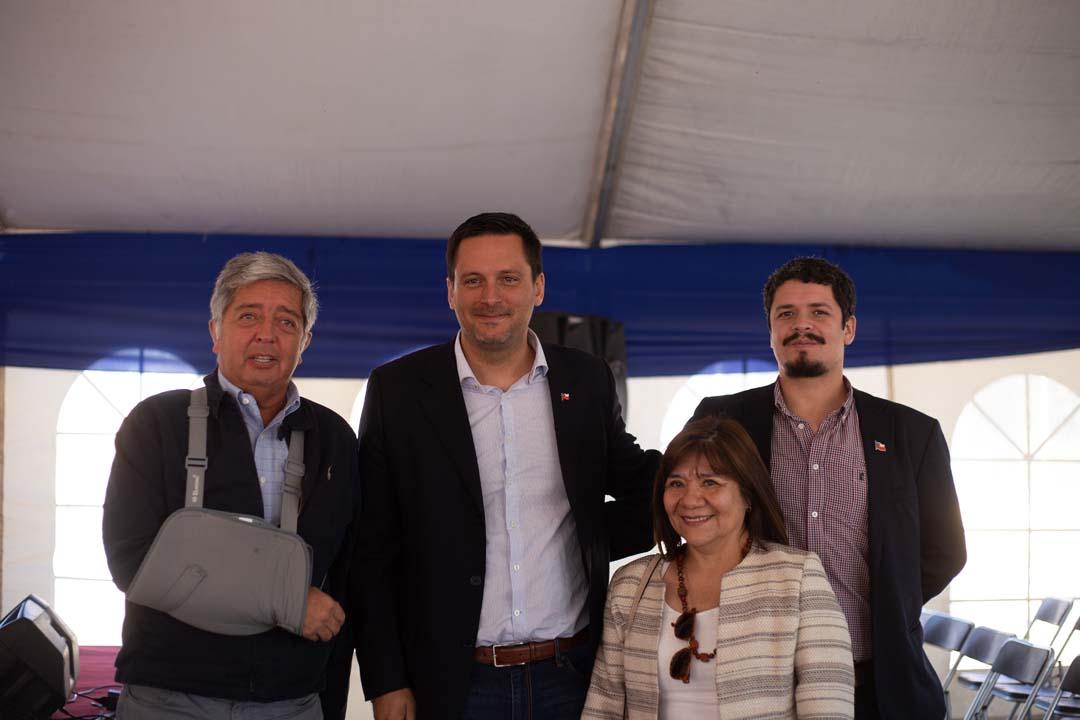 Claudio Moraga (Constructora CMG-Puerto Mayor), Bruno Vyhmeister (Jefe delegación provincial Serviu), Vianet Quijón (directora de Obras Municipales Los Ángeles) y Bryan Smith (Gobernación Provincial)