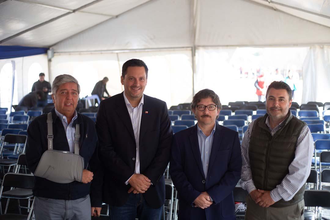 Claudio Moraga (Constructora CMG-Puerto Mayor), Bruno Vyhmeister (Jefe delegación provincial Serviu), Fernando Vivanco y Christian Paredes (Gerente Inmobiliaria Puerto Mayor)