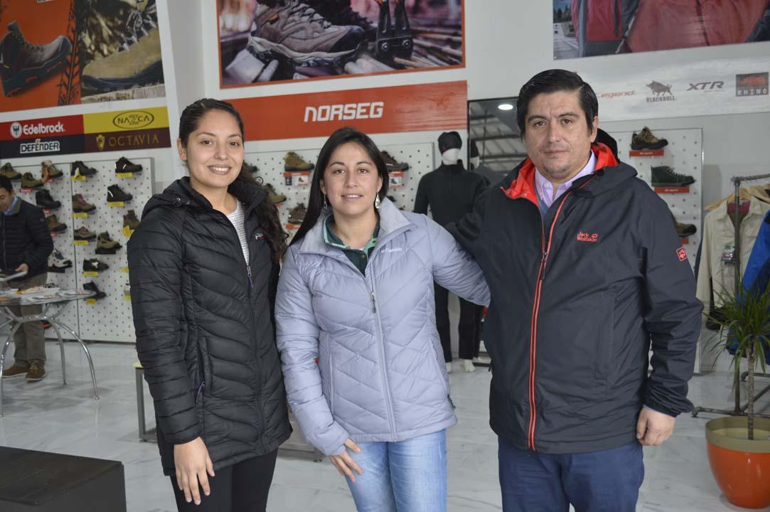 Loida Aravena (Prevencionista de Riesgos DAEM Ñiquén), Roxana Arias (enfermera Ñiquén) y Carlos Fernández (Jefe Administrativo DAEM Ñiquén