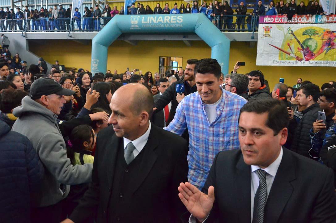 Recibimiento a Marco y Esteban Grimalt en Gimnasio Ignacio Carrera Pinto de Linares por miles de alumnos de distintos establecimientos educacionales de la comuna